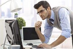 Giovane uomo d'affari che lavora con il calcolatore immagine stock libera da diritti