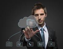 Giovane uomo d'affari che lavora con la tecnologia virtuale immagine stock