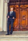 Giovane uomo d'affari che lavora fuori Fotografie Stock Libere da Diritti