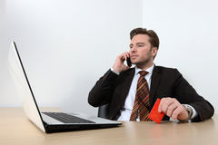 Giovane uomo d'affari che lavora nell'ufficio Immagini Stock Libere da Diritti
