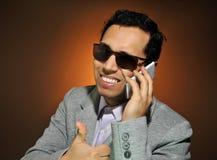 Giovane uomo d'affari che parla sul suo telefono fotografia stock libera da diritti