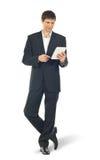 Giovane uomo d'affari che per mezzo di un calcolatore del ridurre in pani Immagini Stock Libere da Diritti
