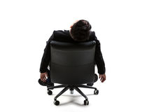 Giovane uomo d'affari che riposa sulla sedia fotografie stock libere da diritti