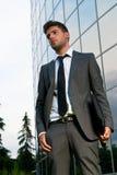 Giovane uomo d'affari che sembra costruzione moderna futura Immagini Stock Libere da Diritti