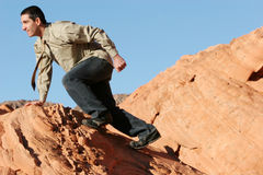 Giovane uomo d'affari che si arrampica al successo Fotografia Stock Libera da Diritti