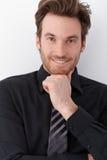 Giovane uomo d'affari che sorride felicemente Fotografia Stock