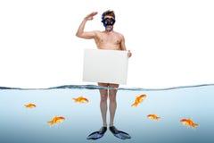 Giovane uomo d'affari che sta ginocchio-profondo in acqua Fotografie Stock Libere da Diritti
