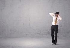 Giovane uomo d'affari che sta sconcertante Fotografia Stock Libera da Diritti