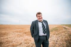 Giovane uomo d'affari che sta sul campo potato Immagini Stock Libere da Diritti