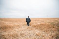 Giovane uomo d'affari che sta sul campo potato Fotografia Stock Libera da Diritti