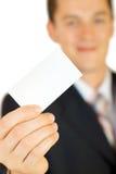 Giovane uomo d'affari che tiene scheda in bianco Fotografie Stock Libere da Diritti