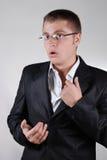 Giovane uomo d'affari che tocca nervoso la sua camicia Fotografia Stock