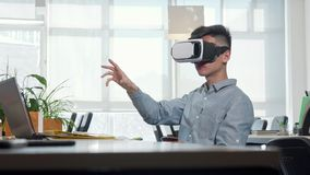 Giovane uomo d'affari che usando i vetri del vr 3d sul lavoro video d archivio