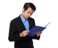 Giovane uomo d'affari colto sulla lavagna per appunti fotografia stock libera da diritti