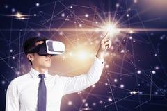 Giovane uomo d'affari con i vetri di VR fotografie stock