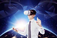 Giovane uomo d'affari con i vetri di VR immagini stock