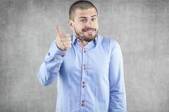 Giovane uomo d'affari con il pollice alzato su Fotografie Stock Libere da Diritti