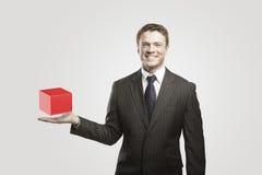 Giovane uomo d'affari con la casella rossa. immagini stock libere da diritti