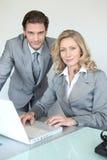 Giovane uomo d'affari con la donna di affari sorridente Immagine Stock