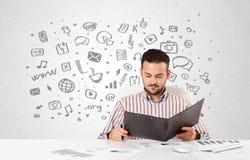 Giovane uomo d'affari con tutto il genere di icone disegnate a mano di media in BAC Fotografia Stock