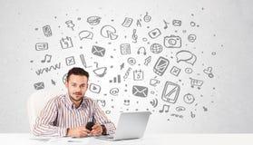 Giovane uomo d'affari con tutto il genere di icone disegnate a mano di media in BAC Immagine Stock