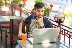 Giovane uomo d'affari con un computer portatile Fotografia Stock Libera da Diritti