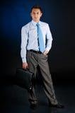 Giovane uomo d'affari con un portafoglio immagine stock