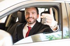 Giovane uomo d'affari con una nuova automobile Fotografie Stock Libere da Diritti