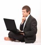Giovane uomo d'affari davanti ad un computer portatile Immagine Stock Libera da Diritti