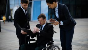 Giovane uomo d'affari disabile che parla con i suoi colleghe video d archivio