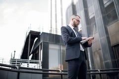 Giovane uomo d'affari facendo uso di un computer portatile Fotografia Stock Libera da Diritti