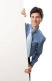 Giovane uomo d'affari felice che mostra insegna in bianco Fotografia Stock Libera da Diritti