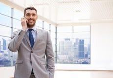 Giovane uomo d'affari felice che rivolge allo smartphone Immagini Stock Libere da Diritti