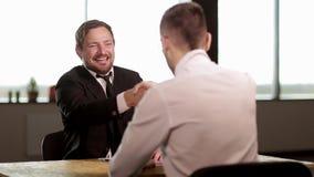 Giovane uomo d'affari felice che stringe le mani stock footage
