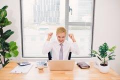 Giovane uomo d'affari felice con i risultati realmente impressionanti, Vic fotografia stock libera da diritti