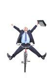 Giovane uomo d'affari felice su una bicicletta fotografia stock libera da diritti