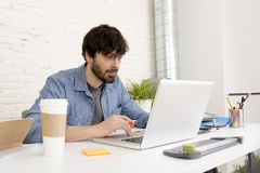 Giovane uomo d'affari ispanico dei pantaloni a vita bassa che lavora al Ministero degli Interni del computer Fotografie Stock Libere da Diritti