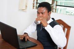 Giovane uomo d'affari nel suo ufficio Fotografia Stock Libera da Diritti