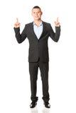 Giovane uomo d'affari Pointing Upwards Fotografie Stock Libere da Diritti