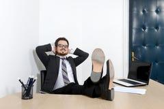Giovane uomo d'affari rilassato nell'ufficio Fotografia Stock Libera da Diritti