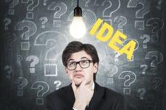 Giovane uomo d'affari scettico e un'idea Fotografia Stock Libera da Diritti