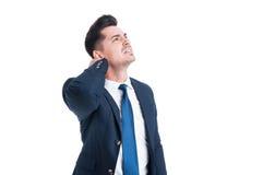 Giovane uomo d'affari sollecitato che soffre dal collo o dal dolore cervicale fotografia stock libera da diritti
