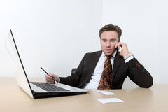 Giovane uomo d'affari sorpreso che parla sul telefono cellulare Fotografie Stock
