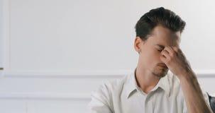 Giovane uomo d'affari stanco che lavora nell'ufficio Tipo casuale nel nuovo ufficio creativo di affari o società 4k degli archite video d archivio