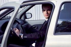 Giovane uomo d'affari in sua automobile Immagine Stock