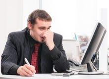 Giovane uomo d'affari sul posto di lavoro in ufficio Fotografia Stock Libera da Diritti