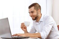 Giovane uomo d'affari sulla pausa caffè Fotografie Stock Libere da Diritti