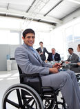 Giovane uomo d'affari in una sedia a rotelle ad una riunione Fotografie Stock