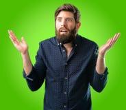 Giovane uomo dei pantaloni a vita bassa con la barba e la camicia immagine stock