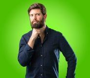 Giovane uomo dei pantaloni a vita bassa con la barba e la camicia fotografia stock libera da diritti